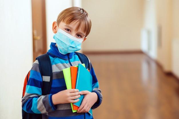 Uczeń z maską na twarzy. maska do ochrony przed epidemią koronawirusa. maska medyczna.