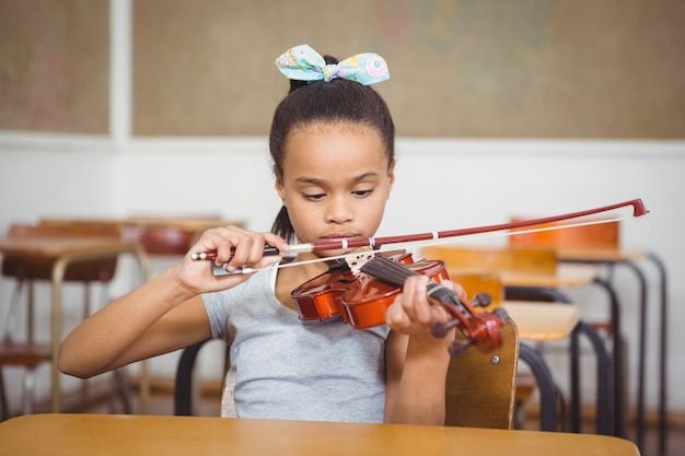Uczeń za pomocą fletu w klasie