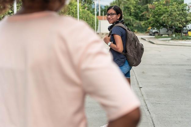 Uczeń żegna się z pójściem do szkoły