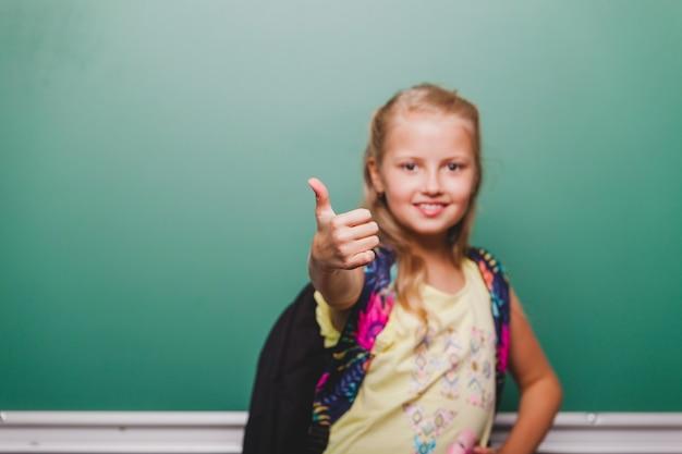 Uczennica gestykuluje kciuk