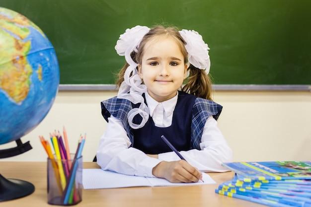 Uczennica i szkoła. dziewczyna nosi mundurek szkolny w szkole. trening