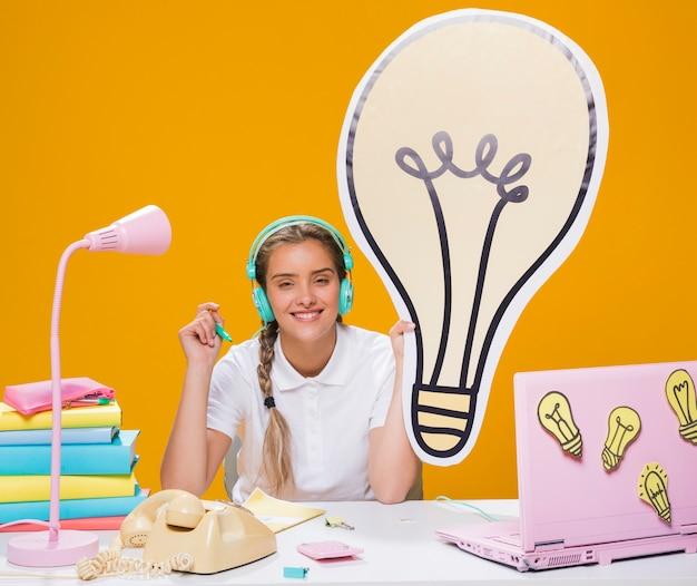 Uczennica na biurku z laptopem w memphis stylu