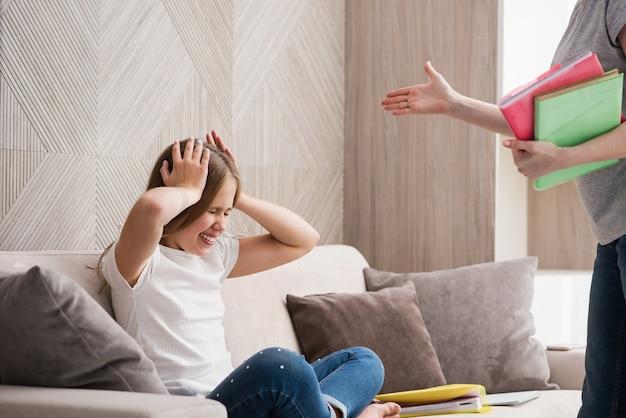 Uczennica położyła ręce na głowie w konflikcie z mamą