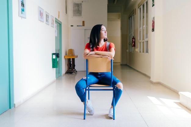 Uczennica siedzi na krześle