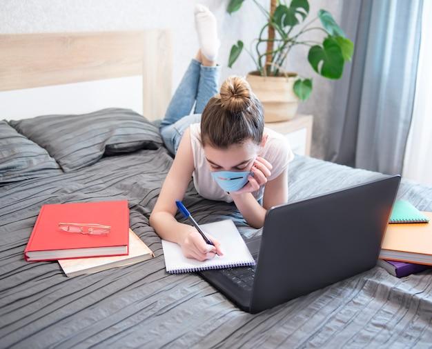Uczennica studiuje w domu