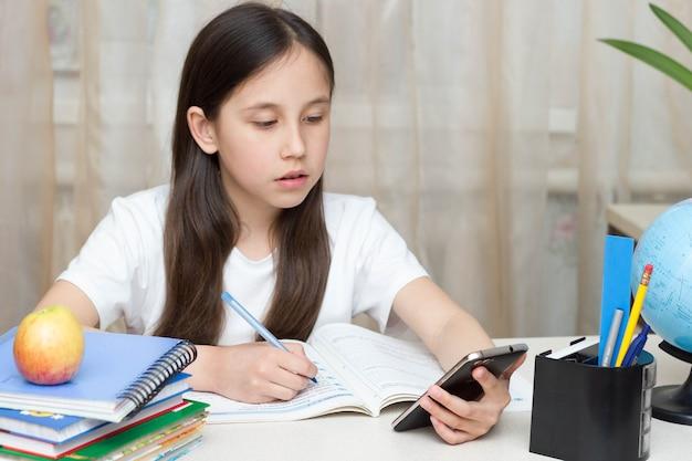 Uczennica ucząca się na odległość edukacja online uczennica ucząca się w domu odrabiająca pracę domową na cyfrowym tablecie