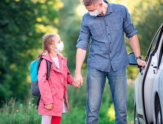 Uczennica z ojcem wsiada do samochodu