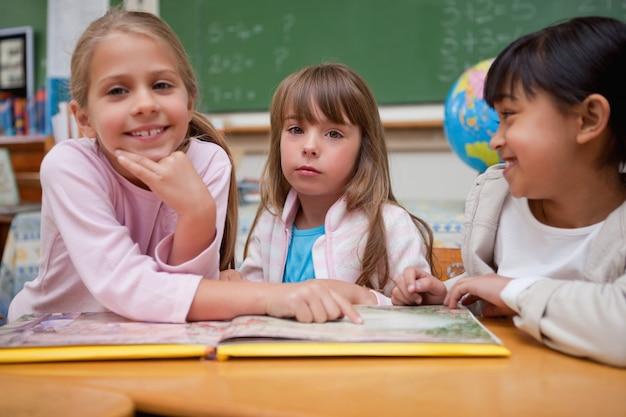 Uczennice czytające bajkę swoim kolegom z klasy