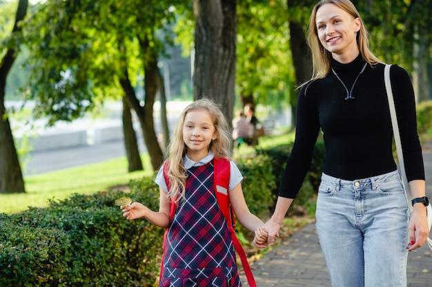 Uczennice spaceru z matką