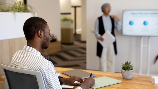 Uczestnictwo mężczyzny w szkoleniu po zatrudnieniu w nowej pracy biurowej