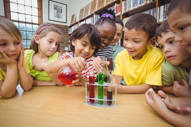 Ucznie i nauczyciel robi nauce w bibliotece