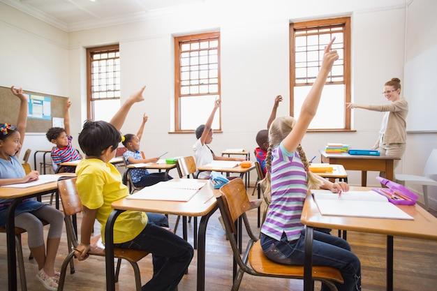 Ucznie podnosi rękę w sala lekcyjnej