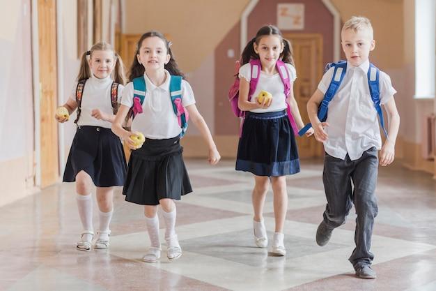 Uczniowie biegają po szkolnym korytarzu