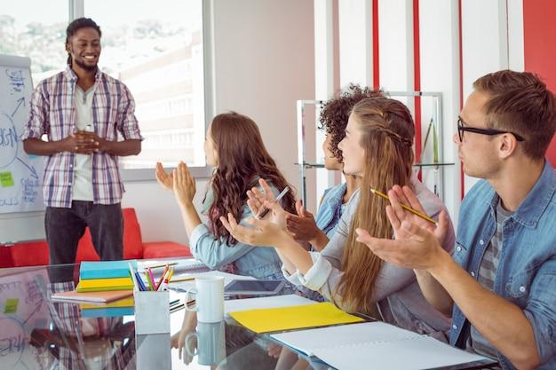 Uczniowie biją brawa kolegi