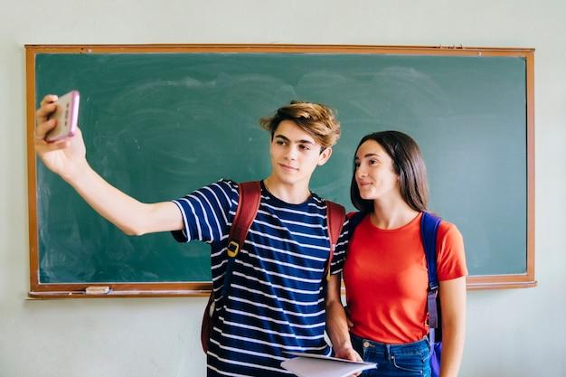 Uczniowie biorą selfie w klasie