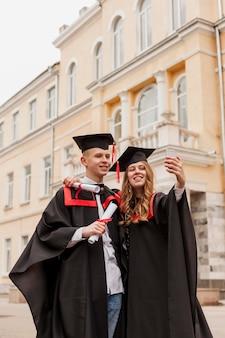Uczniowie biorący selfie