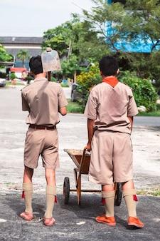 Uczniowie ciężko pracujący w szkole