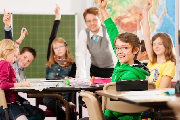 Uczniowie i nauczyciele uczący się w szkole