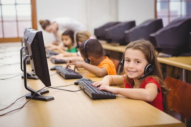 Uczniowie korzystający z komputerów w klasie