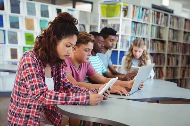 Uczniowie korzystający z laptopa, tabletu cyfrowego