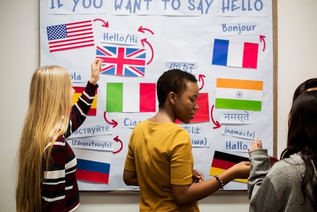 Uczniowie liceum pracujący na międzynarodowej tablicy flag