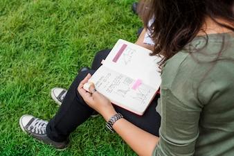 Uczniowie odrabiania lekcji w parku