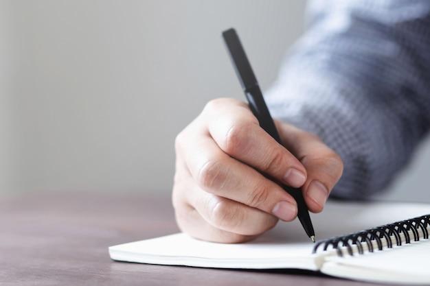 Uczniowie piszą za pomocą zeszytów
