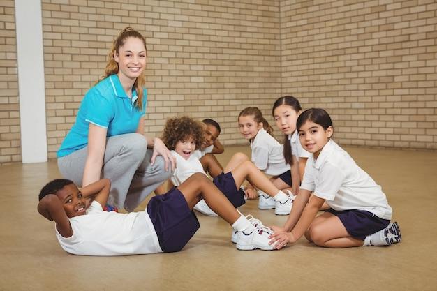 Uczniowie pomagają innym ćwiczeniom