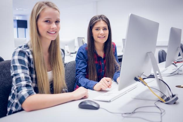 Uczniowie pracujący na komputerze na uniwersytecie