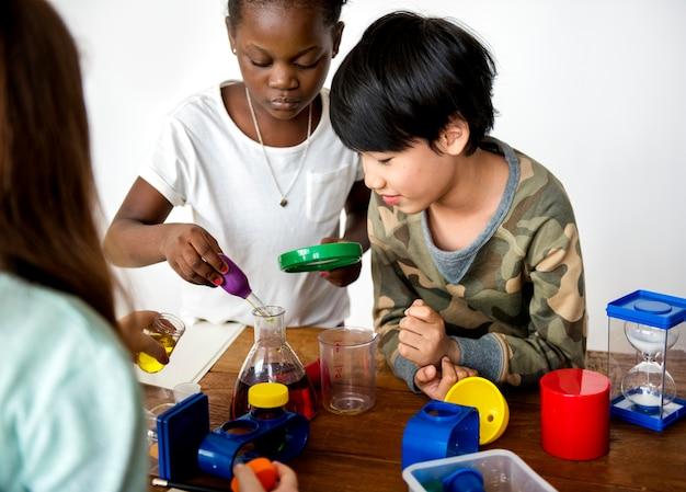 Uczniowie przeprowadzający eksperyment naukowy