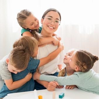 Uczniowie przytulający nauczyciela