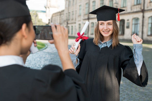 Uczniowie robią sobie zdjęcie na studiach
