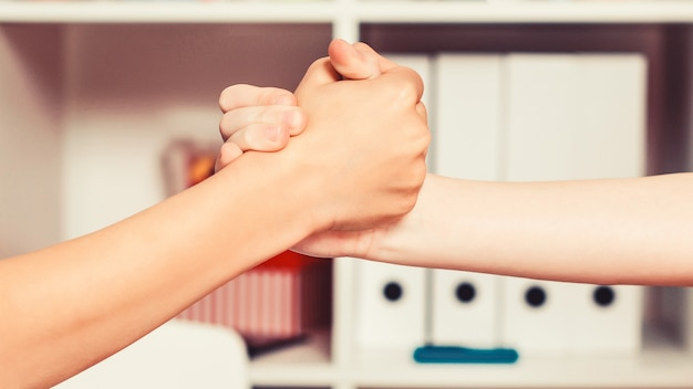 Uczniowie robią uścisk dłoni w klasie śliczni chłopcy podają sobie ręce przyjaźń najlepszych przyjaciół