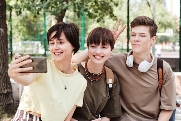 Uczniowie robiący portret selfie przez telefon