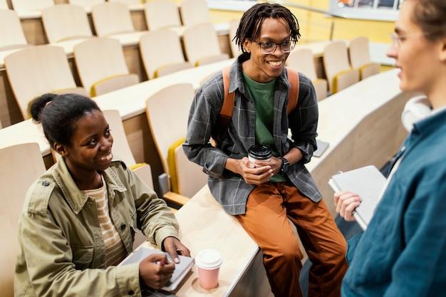Uczniowie rozmawiają po zajęciach