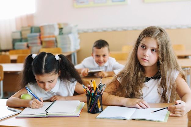 Uczniowie siedzą w klasie