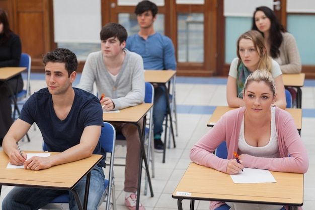 Uczniowie siedzący w pokoju egzaminu