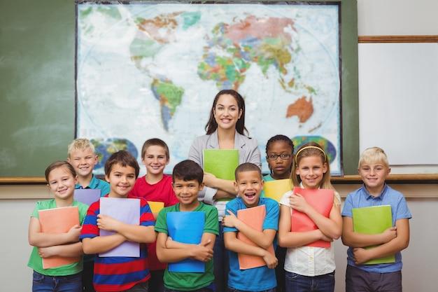 Uczniowie stojący z nauczycielem