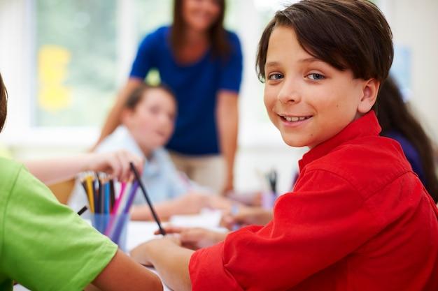 Uczniowie szkół podstawowych podczas lekcji