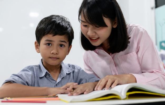 Uczniowie szkół podstawowych w klasie
