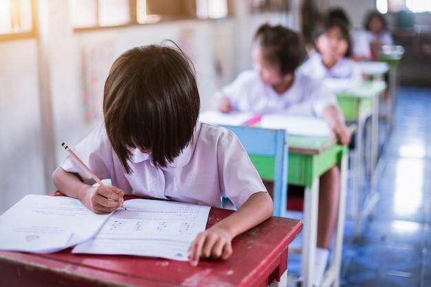 Uczniowie testują w klasie - obraz
