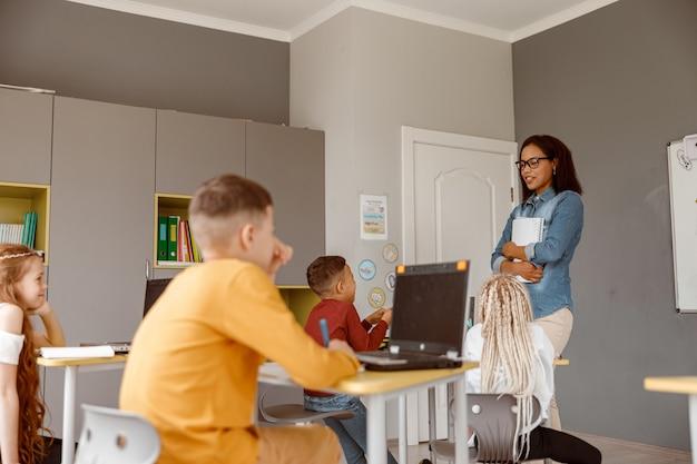 Uczniowie uważnie słuchają nauczyciela na lekcji