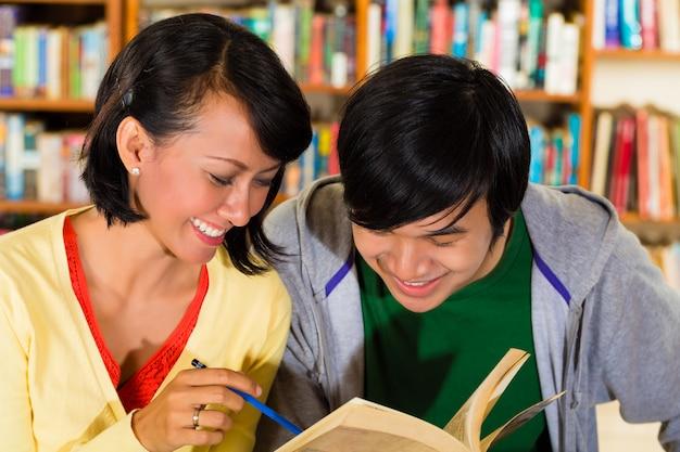 Uczniowie w bibliotece to grupa ucząca się