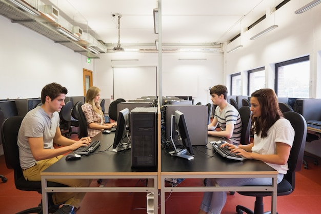 Uczniowie w klasie komputerowej
