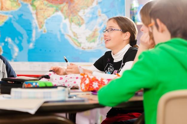 Uczniowie w szkole odrabiają lekcje