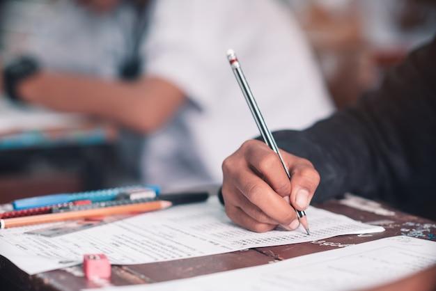 Uczniowie wykonują test w klasie