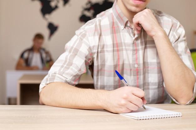 Uczniowie z bliska w klasie.