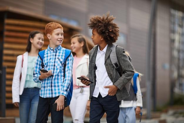 Uczniowie za pomocą telefonu na ulicy