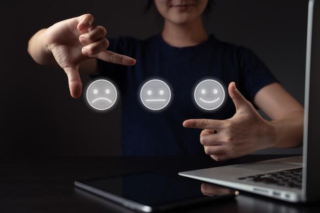 Uczucia kobiety korzystającej z laptopa i efektu hologramu emotikon