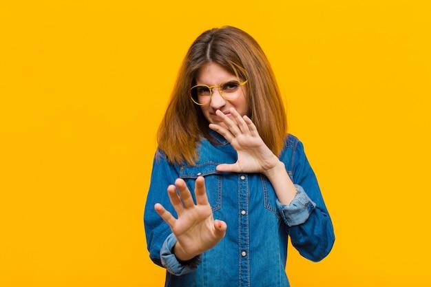 Uczucie obrzydzenia i mdłości, wycofywanie się od czegoś paskudnego, śmierdzącego lub śmierdzącego, mówienie fuj